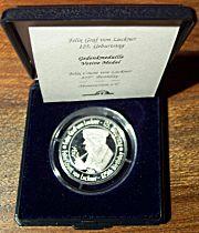Jede Medaille ist in einer Münzdose vor Umwelteinflüssen geschützt und mit Zertifikat versehen