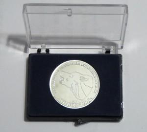 Diese Medaille wird in einem kleinen Etui ausgeliefert und ist nicht in einer eigenen Münzdose verpackt. Der Deckel des Etuis ist durchsichtig, so daß die Medaille stets sichtbar ist.